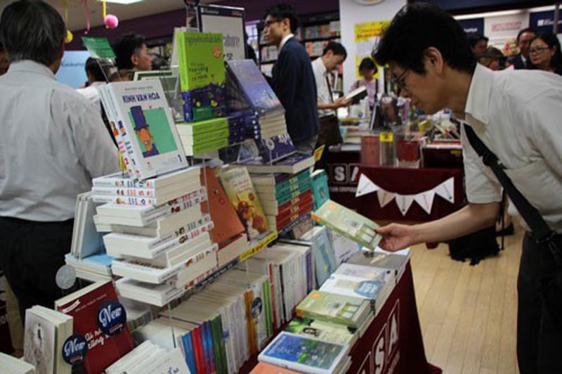 Khách hàng mua sách tại Fahasa