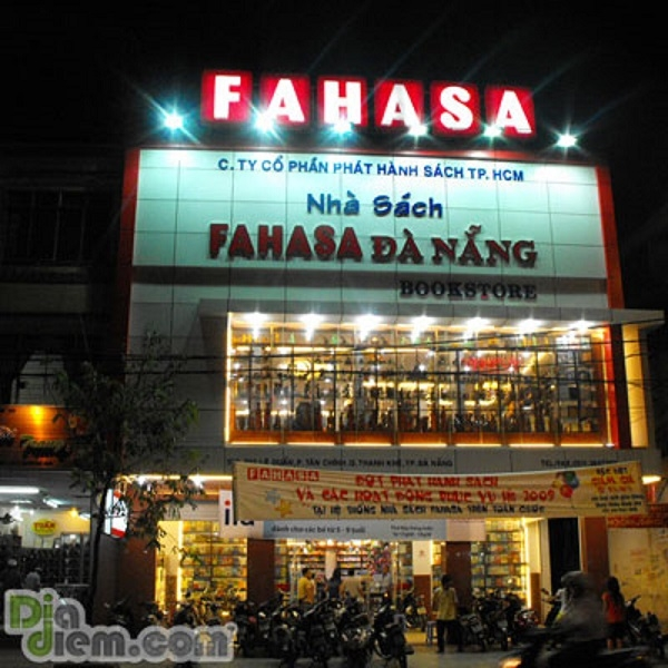 Ảnh chụp nhà sách Fahasa từ góc nhìn đường Lê Duẩn