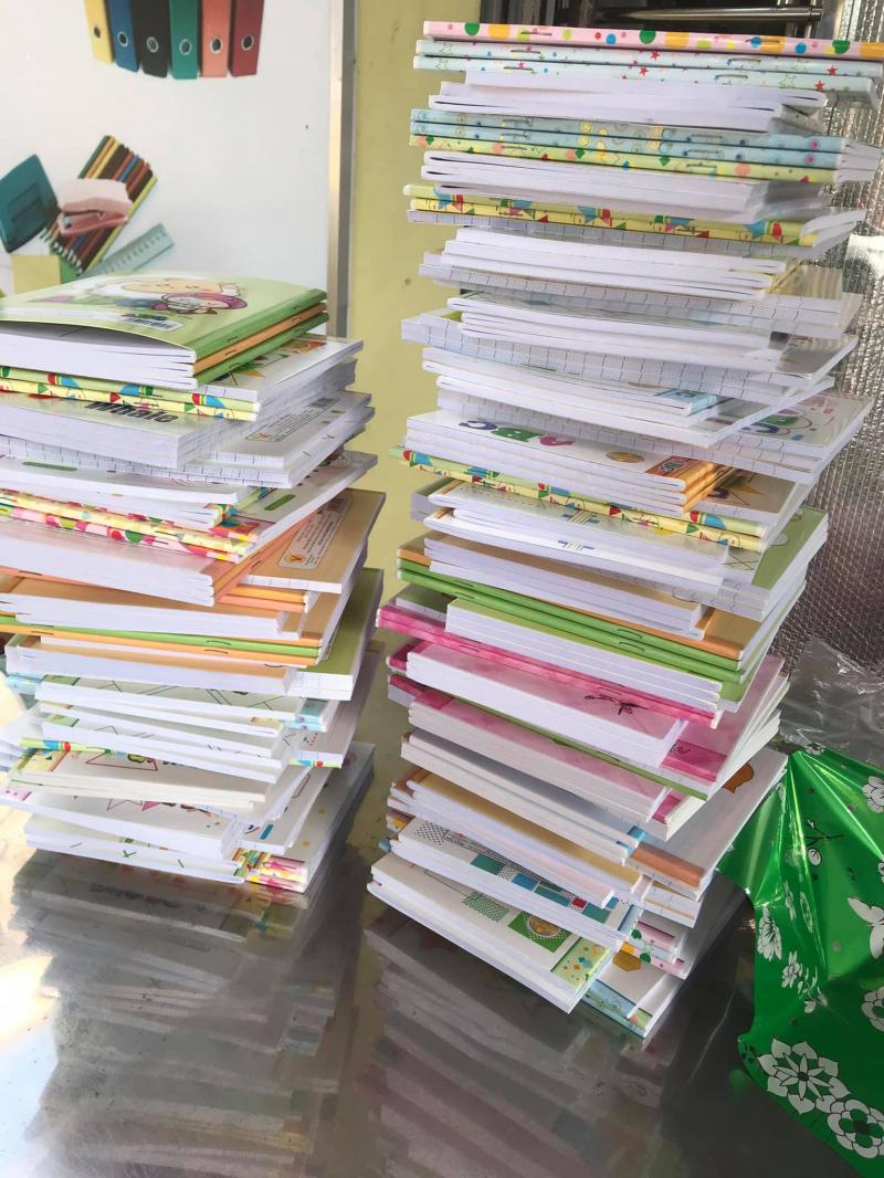 Nhà sách Hùng Vương nhận gói quà cho trường học