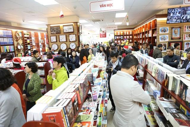 Đông đảo khách hàng đến tham quan, mua sắm tại nhà sách Nhã Nam