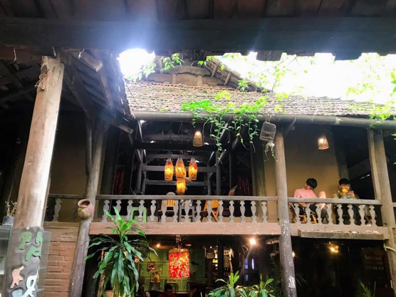 Nhà Sàn Art Café nhìn từ bên ngoài