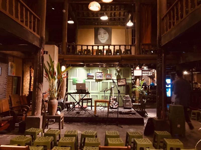 Không gian phía trong Nhà Sàn Art Café
