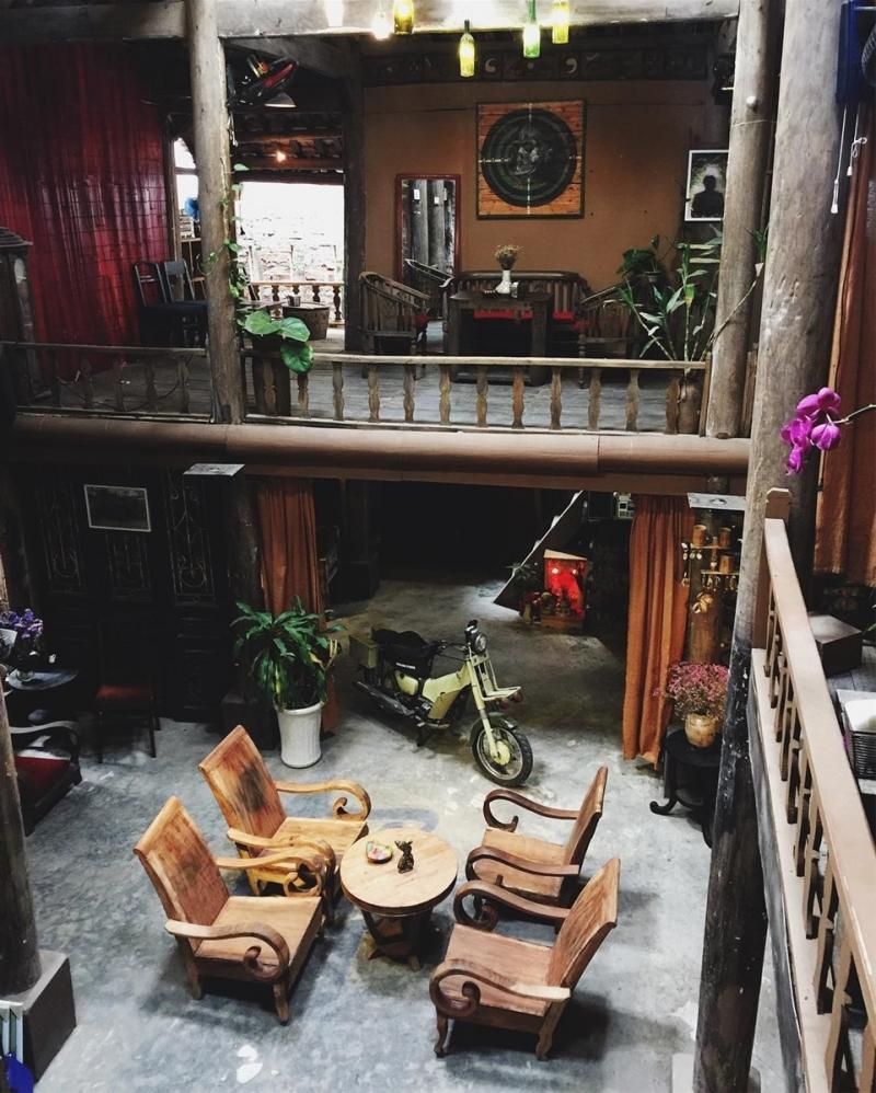 Nhà sàn Art cafe chính là nơi bạn nhìn đâu cũng thấy đồ cổ, thấy vẻ đẹp của thời gian như đang trôi chầm chậm