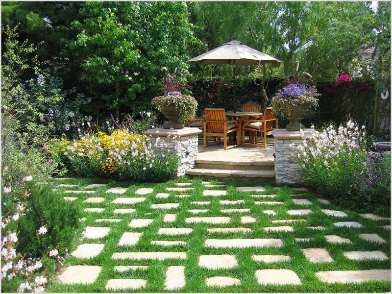 Ngoài vườn, một chiếc chòi nhỏ với một bộ bàn ghế gỗ là sự kết hợp tuyệt vời. Có thể cùng gia đinh ra vườn ngắm cây hoa và uống trà, thanh bình yên tĩnh.