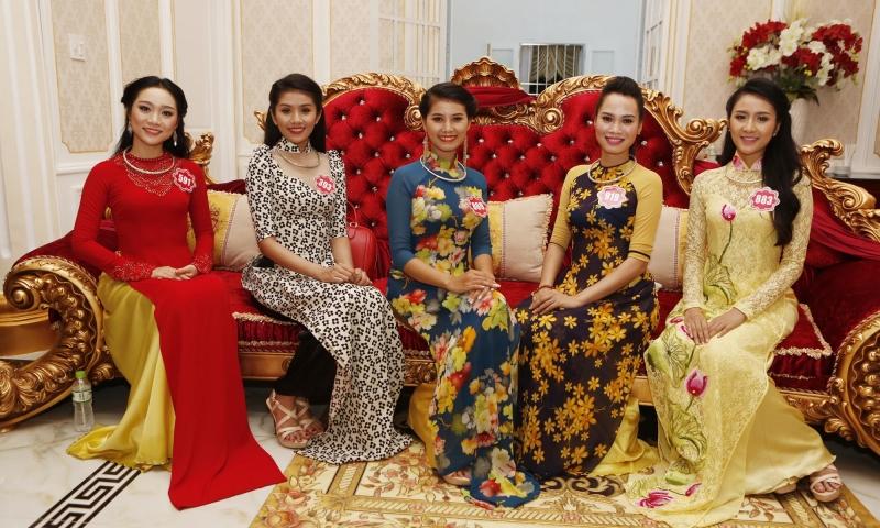 Các thí sinh cuộc thi Hoa hậu Việt Nam 2014 duyên dáng với những tà áo dài của nhà thiết kế Nhật Huy