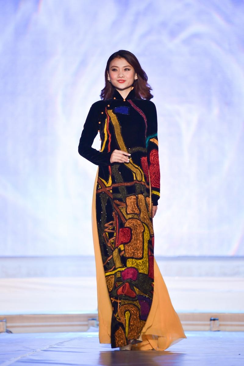 Một thiết kế trong bộ sưu tập áo dài đen của Sĩ Hoàng