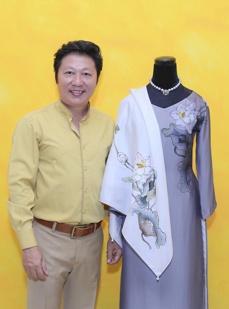 Nhà thiết kế Sĩ Hoàng cùng bộ áo dài thiết kế dành tặng cho phu nhân Tổng thống Mỹ Obama
