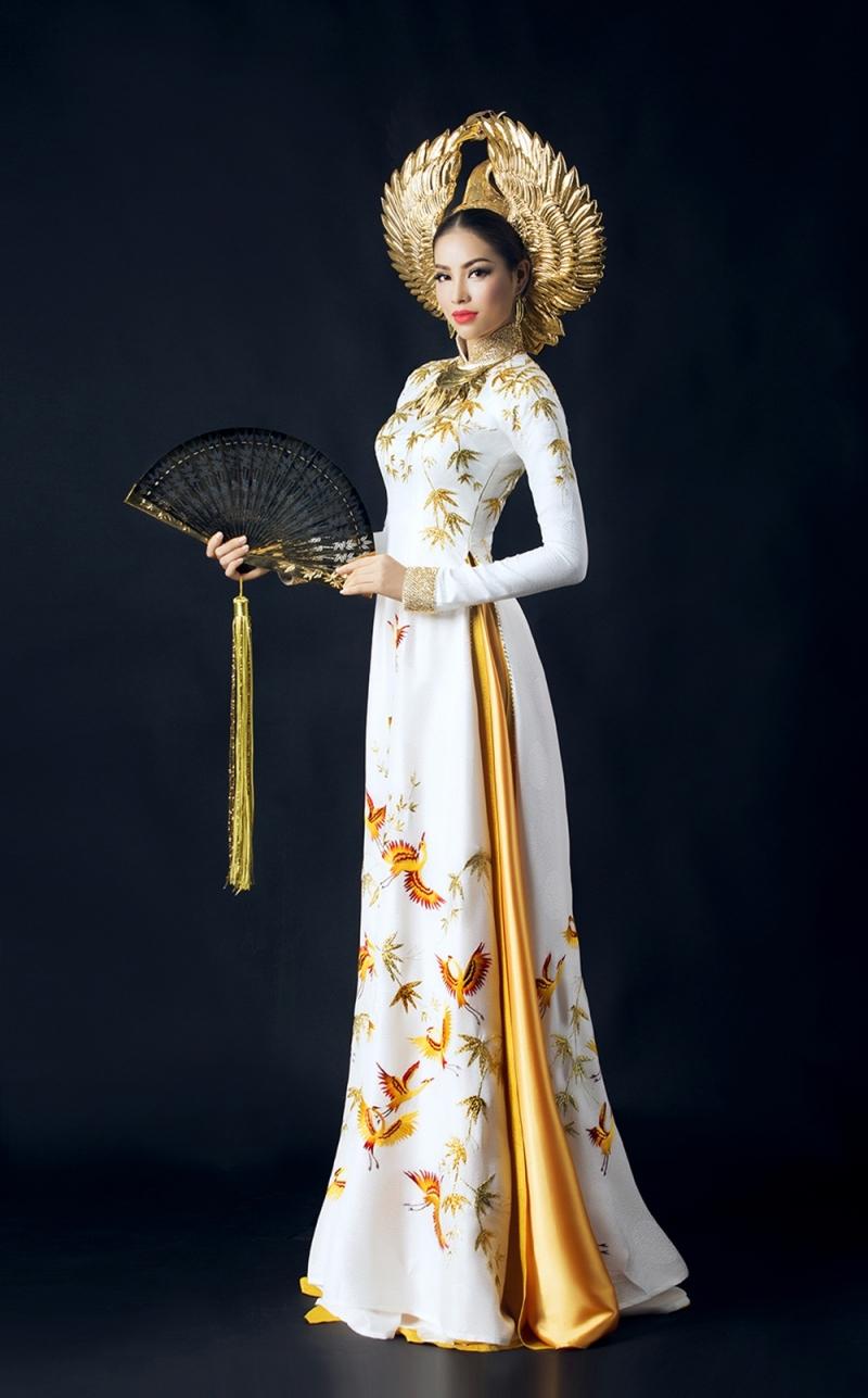 Bộ trang phục truyền thống của Phạm Hương trong cuộc thi Hoa hậu Hoàn Vũ 2015