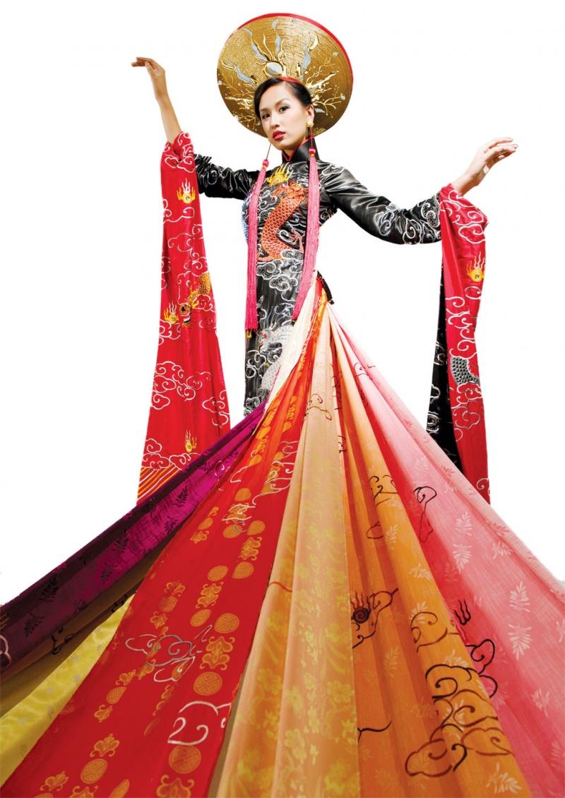 Áo dài 9 tà của NTK Võ Việt Chung đạt kỷ lục Guiness là chiếc áo dài dài nhất Việt Nam