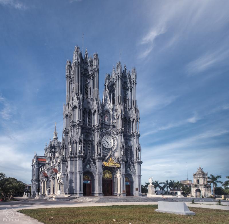 Nhà thờ Bác Trạch sừng sững giữa đất trời