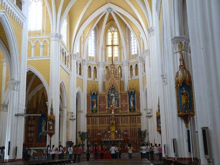 Nhà thờ Bùi Chu được xây dựng theo phong cách kiến trúc Baroque