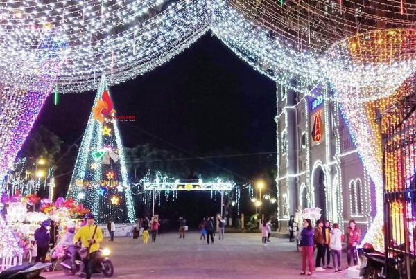 Nhà thờ chính tòa Bắc Ninh được trang hoàng rực rỡ để đón Giáng sinh