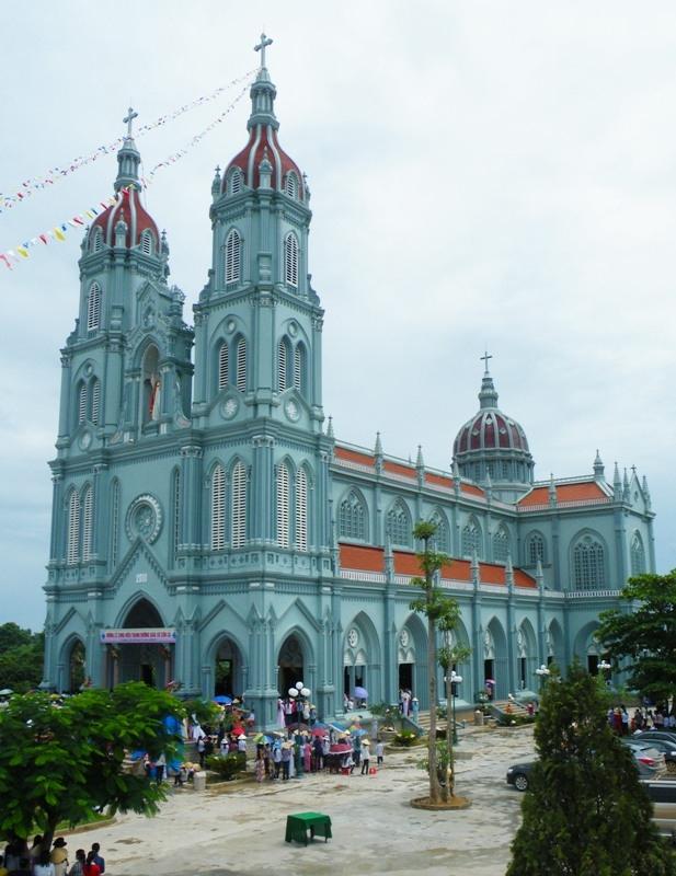 Nhà thờ đẹp tuyệt với màu xanh mát mắt