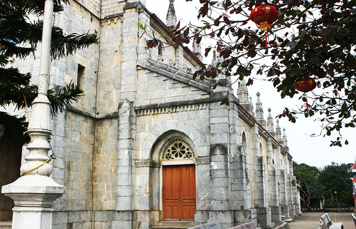 Bên trong nhà thờ đá Bảo Nham