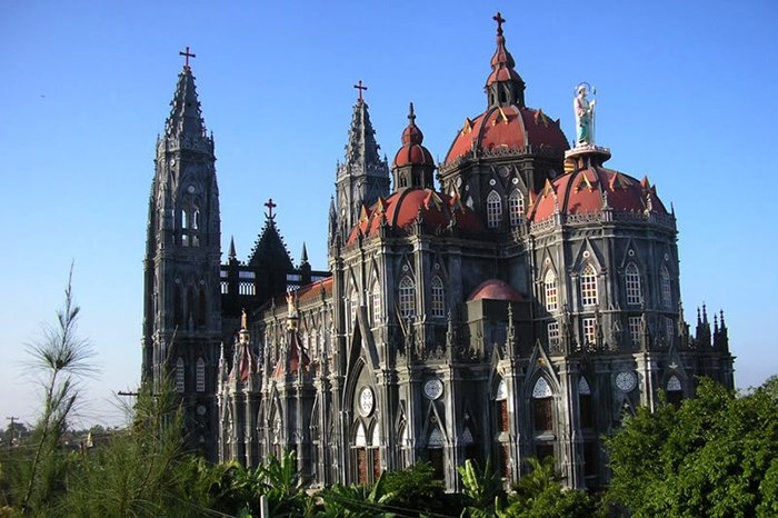 Nhà thờ hệt như tòa lâu đài nguy nga tráng lệ