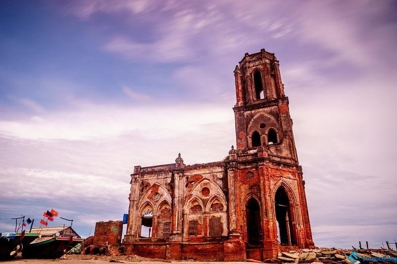 Nhà thờ đổ mang vẻ đẹp hoang sơ, bình dị