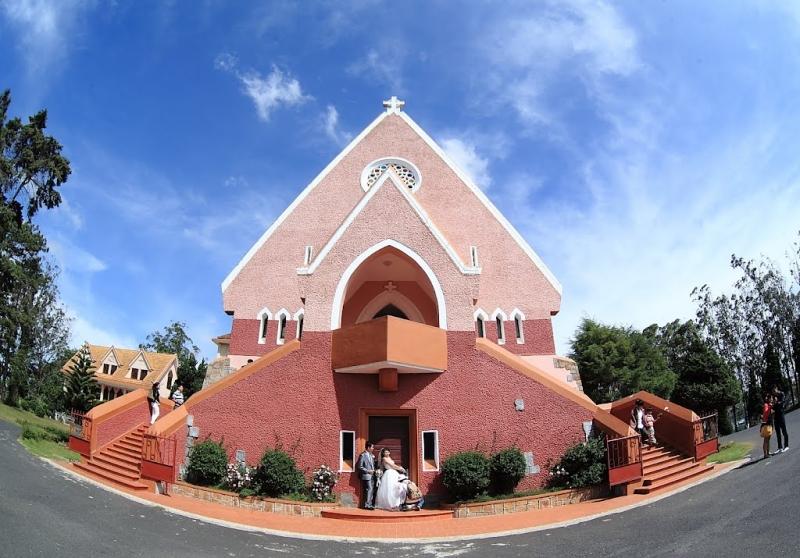 Mặt trước của nhà thờ