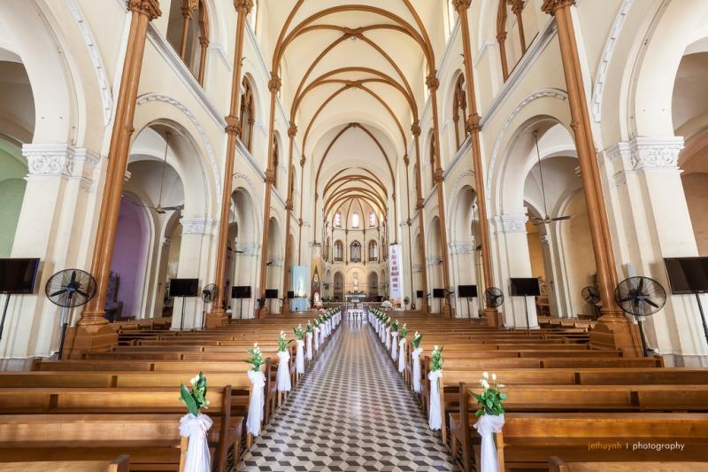 Bên trong nhà thờ Đức Bà