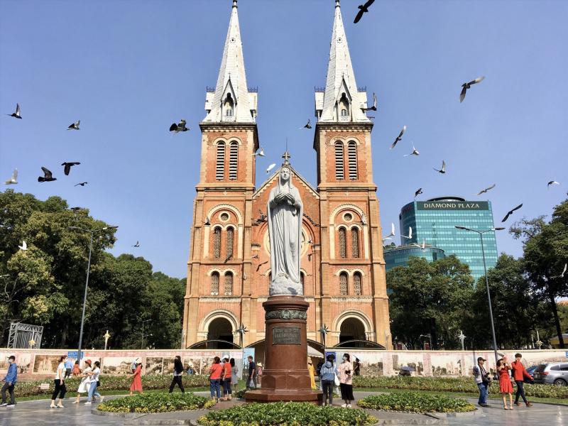 Nhà thờ Đức Bà tọa lạc ở vị trí trung tâm Quận 1