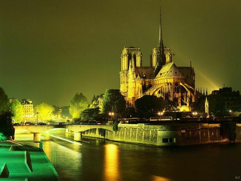 Nhà thờ Đức bà Paris vào ban đêm.