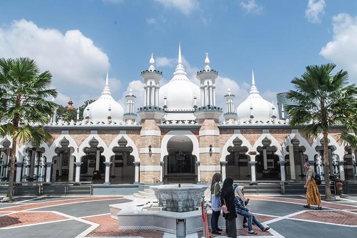 Nhà thờ Hồi giáo Jamek nằm ở trung tâm của trung tâm thành phố Kuala Lumpur