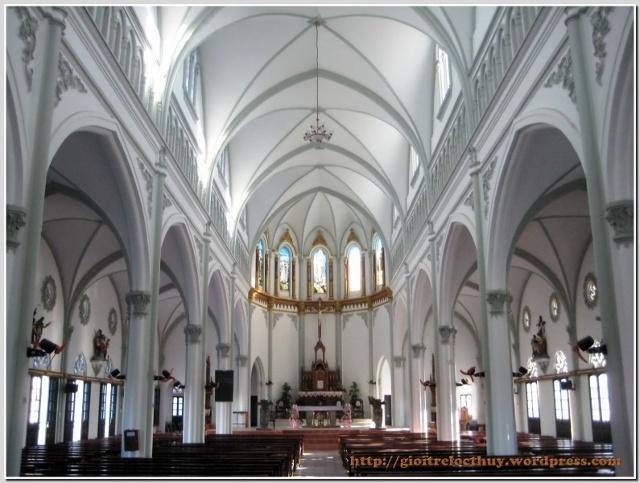 Kiến trúc của bên trong thánh đường với mái vòm cao, không gian rộng
