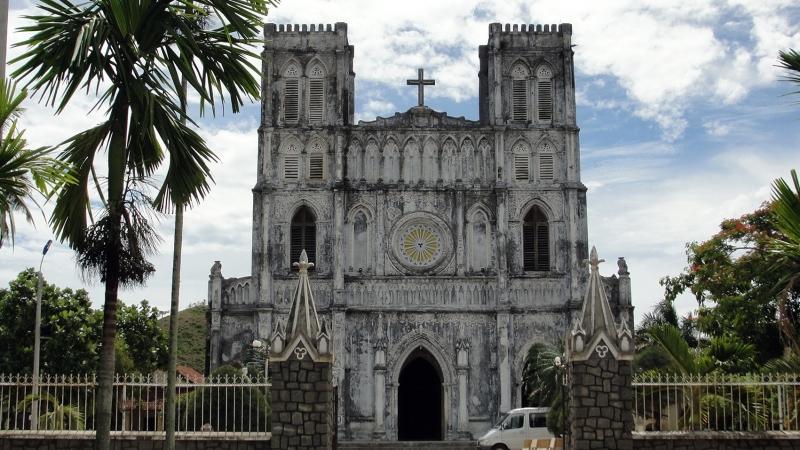 Nhà thờ tuy có diện tích nhỏ nhưng khuôn viên thì khá rộng, rợp bóng mát