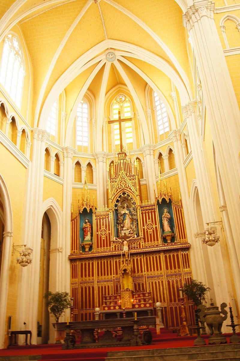 Bên trong nhà thờ Phú Nhai