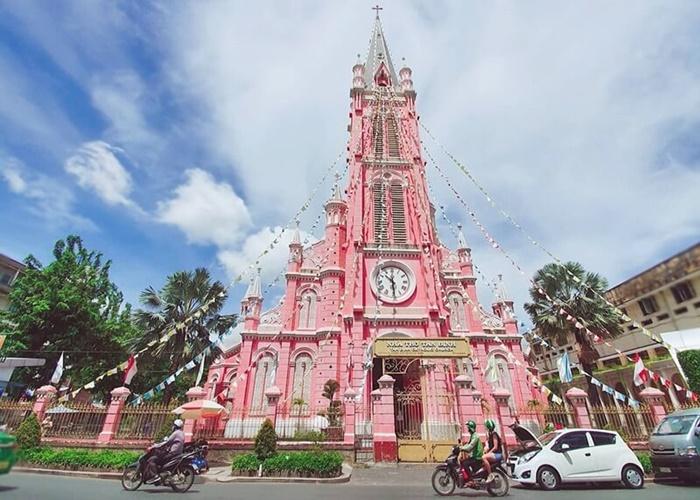 Nhà thờ hồng hồng xinh xắn nổi bật giữa lòng Sài gòn