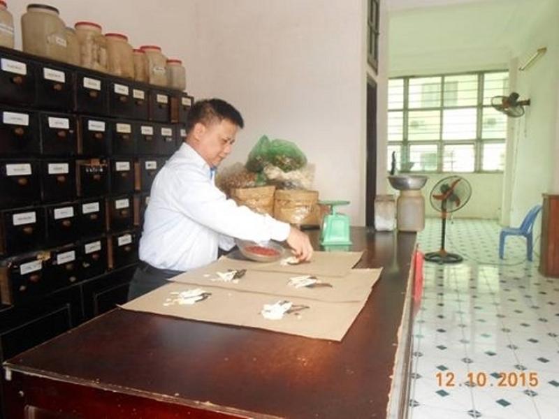 Lương y Nguyễn Đình Khiêm đang bốc thuốc cho bệnh nhân