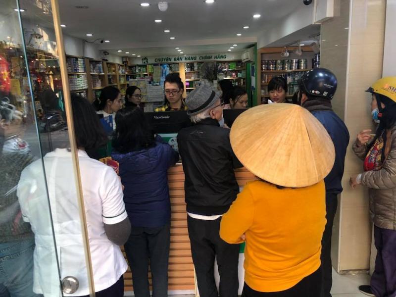 Người dẫn đi mua khẩu trang tại Nhà Thuốc Phương Chính