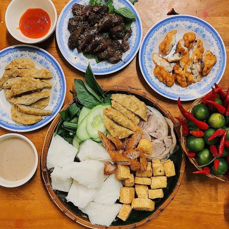 In District 5, you can enjoy the right taste of North Vietnamese rice vermicelli and shrimp paste at Nha Toi restaurant.