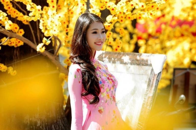 Hoa hậu Đặng Thu Thảo đẹp dịu dàng giữa vườn mai chốn này