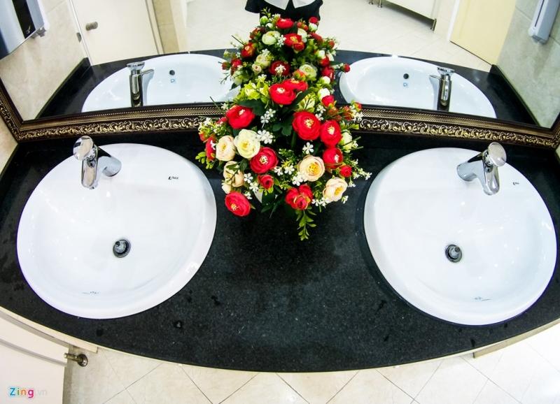 Bồn rửa tay trong nhà vệ sinh 5 sao