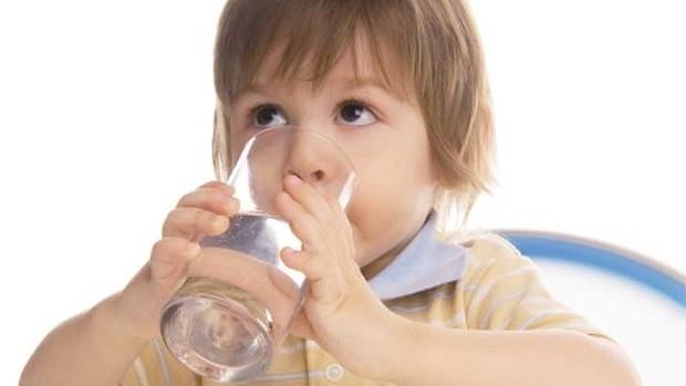 Nhắc bé uống nước nhiều để duy trì việc tiết nước bọt