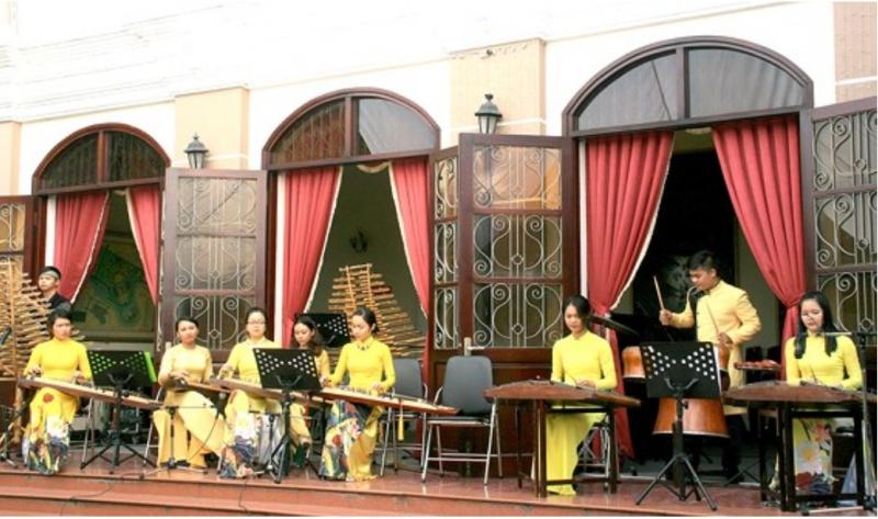 Trình diễn âm nhạc dân tộc phục vụ khán giả TP và du khách quốc tế trước sảnh phòng hòa nhạc của Nhạc viện TP.HCM
