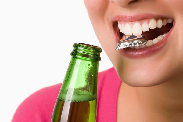 Dùng răng để mở đồ vật