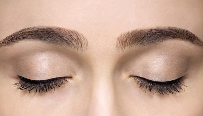 Hãy nhắm chặt mắt từ 3 đến 5 phút và giữ ở tư thế thả lỏng cơ thể để mắt lấy lại cân bằng.
