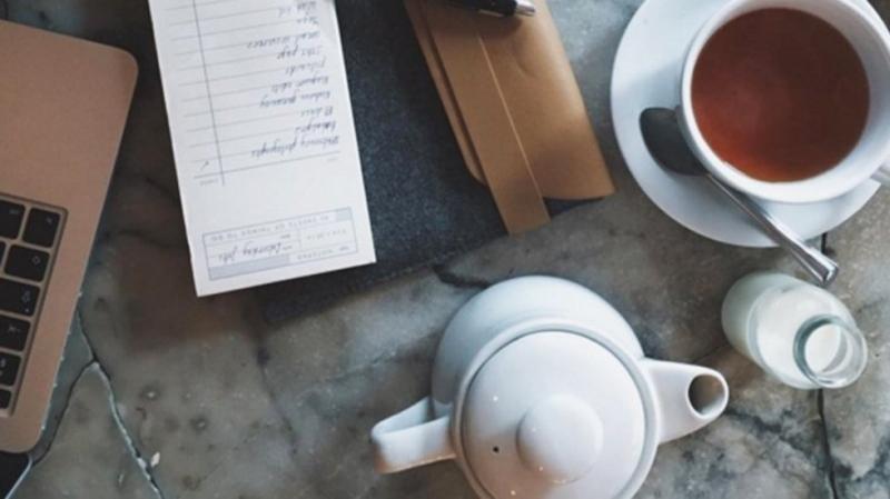 Nhấm nháp cafe khi làm việc