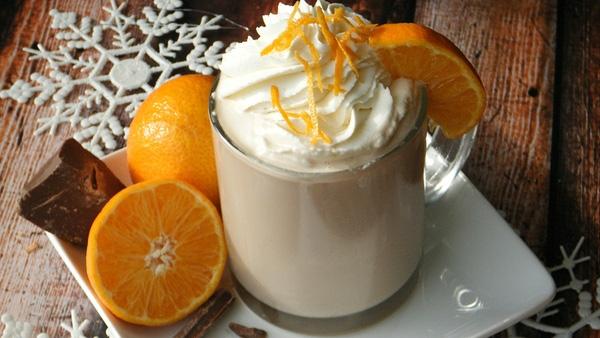 Nhâm nhi một ly cocktail sữa trứng vào đêm Giáng sinh.