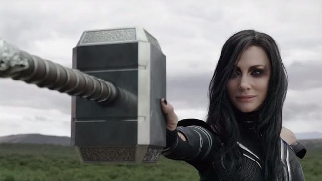 Hela bóp nát búa của Thor dễ dàng