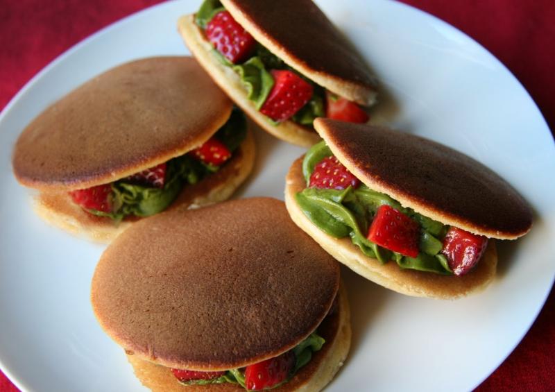 Đến với Nhật Bản không ai là không biết đến món bánh rán Doraemon, ngày nay nó có thể biến tấu với nhân kem hay dâu tây tùy ý.