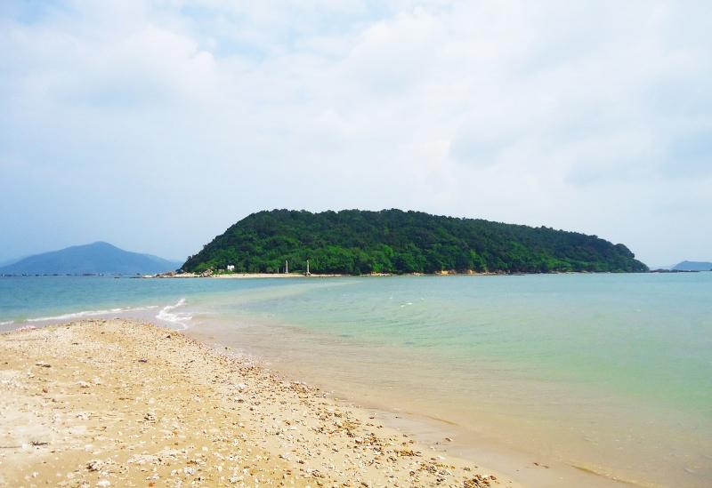 Hòn đảo được bao quanh bở cây cối xanh mơn mởn