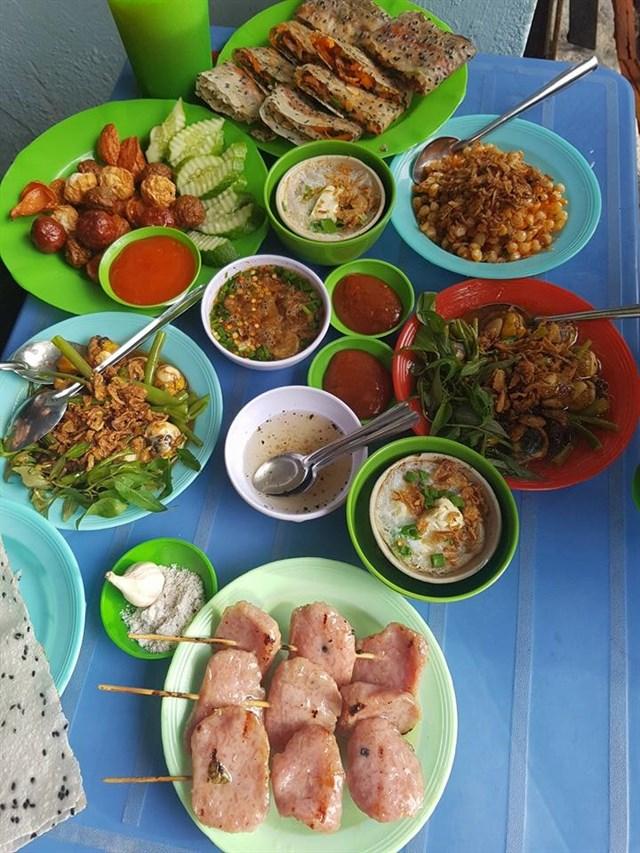 Các món ăn vặt đa dạng tại Nhi Nhi Quán