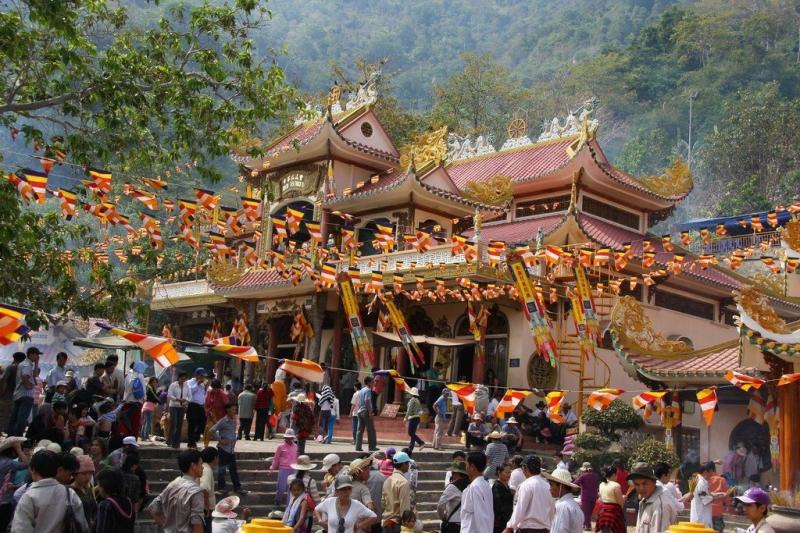 Khách thăm chùa đông đúc