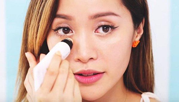 Make up trước gương
