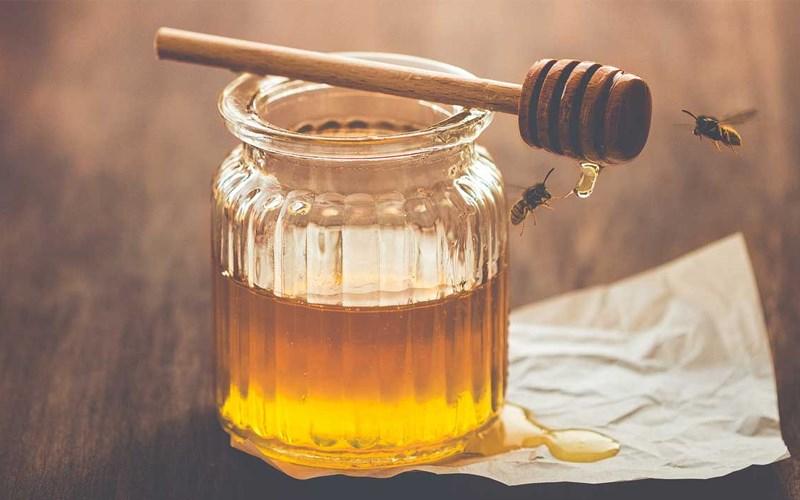 Nhỏ mật ong vào nước lọc