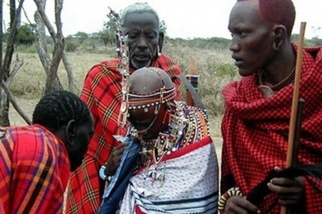 Bố của cô dâu sẽ ban phước cho con mình bằng cách nhổ nước bọt lên đầu và ngực