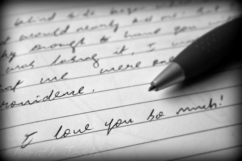 Viết ra cảm xúc sẽ dễ dàng hơn nói, vì vậy bạn có thể gửi thiệp hoặc gửi thư cho người ấy.
