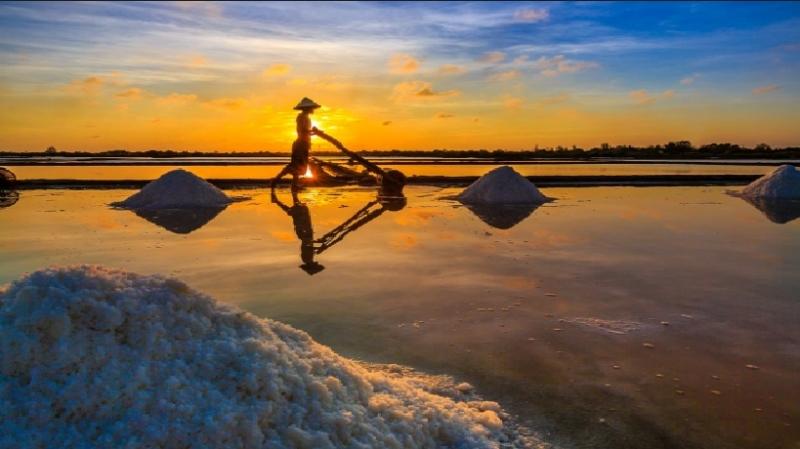 Người nông hì hục chở muối với đôi chân trần